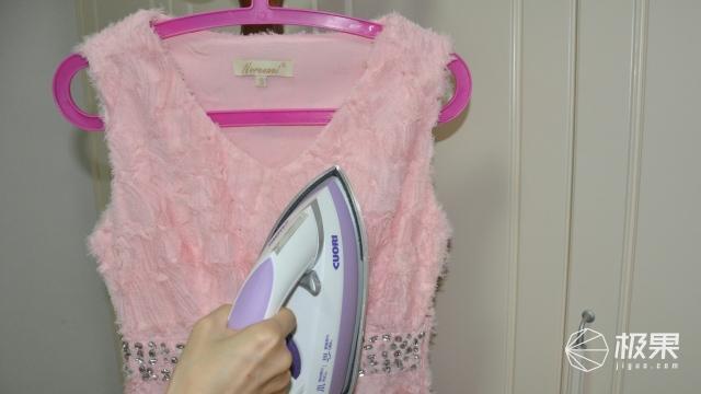 """熨烫的过程中还自带""""干洗""""?这台电熨斗让干洗店少了一半的生意"""
