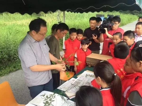 上海:收集种子播种未来  各界送别钟扬