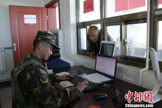 执勤官兵核查游客身份证、边防通行证等信息。 王学文 摄