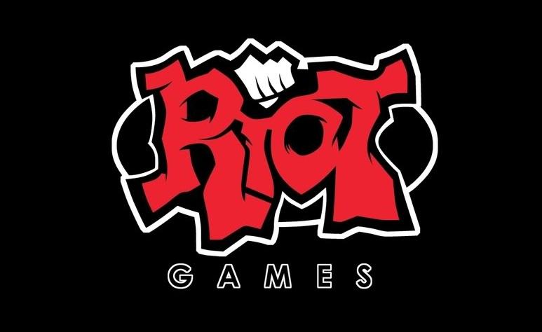 近日,英雄联盟 LOL 就传出新消息。LOL 的开发商 Riot Games 透露,公司正在开发新型游戏,英雄联盟将会迎来续集。 根据 Slashgear 的报道,Riot Games 这款新游戏将会有公司两位创始人 Brandon Beck 和 Mark Merrill 联手开发。Riot 公司其官方博客上表示,两位创始人已经从运营工作中抽身出,今后公司的运营将会由公司的管理团队负责,Brandon Beck 和 Mark Merrill 的重心转移到游戏开发当中。