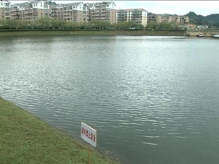 江西两名儿童湖边玩耍落水 过路初中生挺身而出