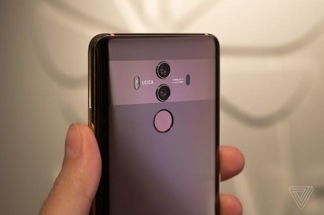 华为Mate10与三星Note8都是采用后置双摄像头,三星Note8摄像头为
