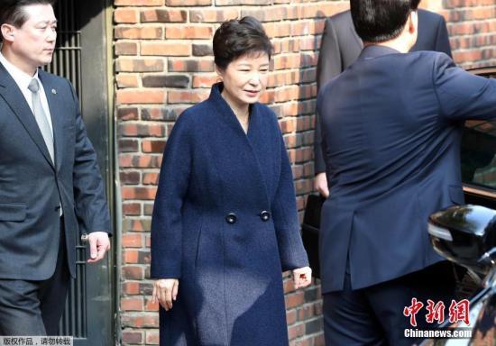 当地时间3月21日,韩国检察厅特别调查本部传唤前总统朴槿惠,对她受贿、滥用职权等嫌疑进行调查。
