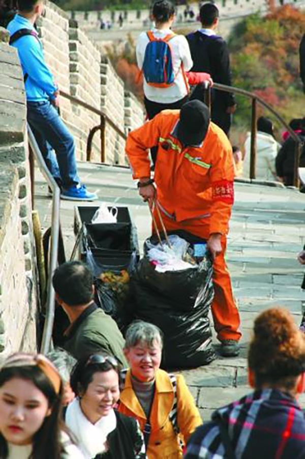 """长城上的""""橙衣好汉"""":每天背垃圾超百斤"""