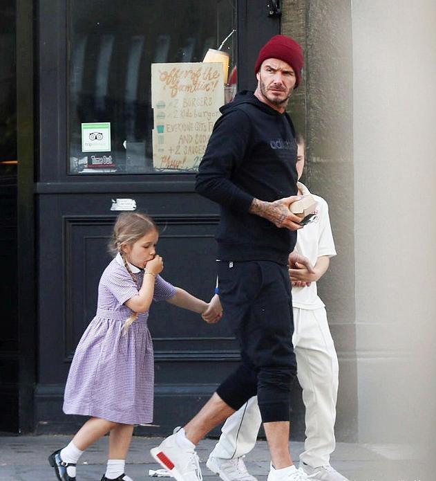 小七最新逛街照片!奶爸贝克汉姆牵手 十足吃货小可爱