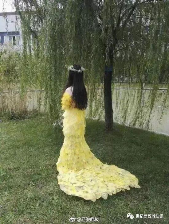 """大庆网 时事中心 体育  近日,""""用6000片树叶制成晚礼服""""的消息走红"""