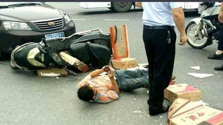 视频:死神来了!美女眼看面包车撞来却没有办法