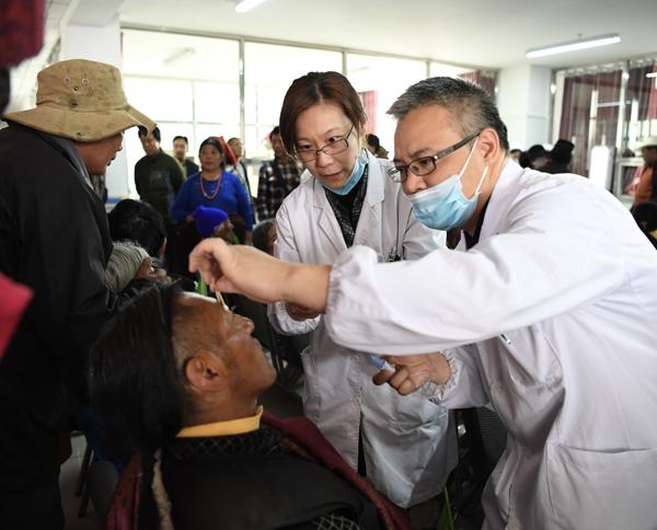 上海医生赴青海果洛诊疗,为45名藏族同胞免费做白内障手术