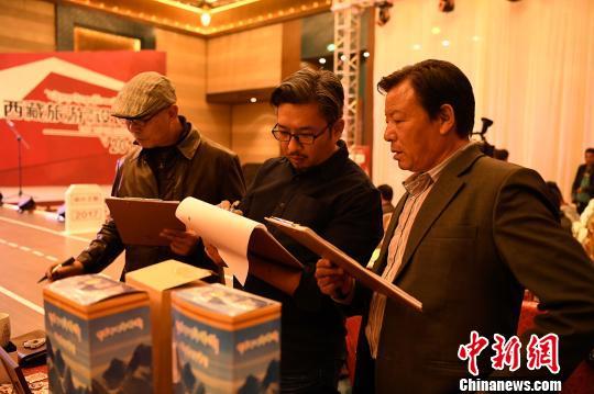专业评审团现场观赏决赛旅游商品并评分 何蓬磊 摄