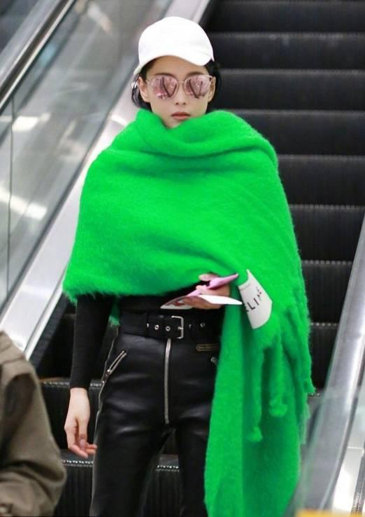 张馨予裹了条绿围巾 网友:还以为青菜虫成精了