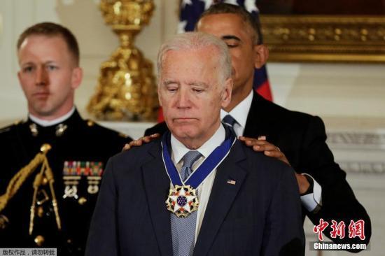 资料图:美国前总统奥巴马给副总统拜登颁发总统自由勋章。
