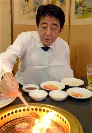 文在寅祝贺安倍连任_安倍:吃了韩国料理才恢复体力