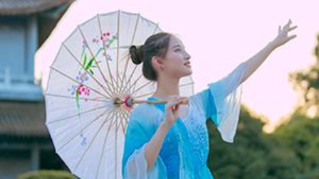 视频:原创中国舞《风筝误》佳人手持粉伞,轻舞漫步,醉了一城楼