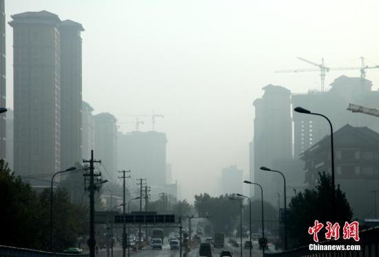 """10月26日,陕西省遭遇大雾天气,咸阳、榆林、延安等多地市发布大雾黄色、橙色预警信号,能见度小于200米至500米,并将持续。图为西安城区一片""""朦胧""""。 张远摄"""