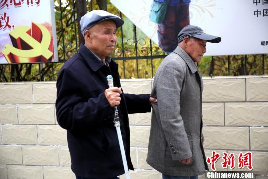 图为两位老人出去散步,刘龙一直抓着崔裕海腰侧的衣服。 张海雯摄