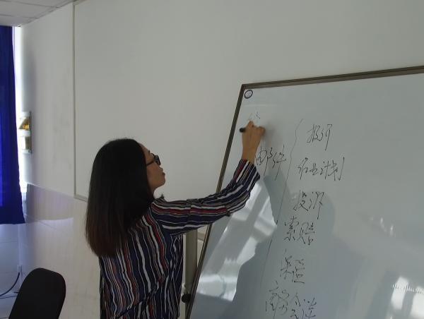 为备战世赛 20岁上海姑娘练就盲画世界地图的本领