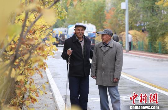 图为两位老人一边散步一边话家常。 张海雯摄