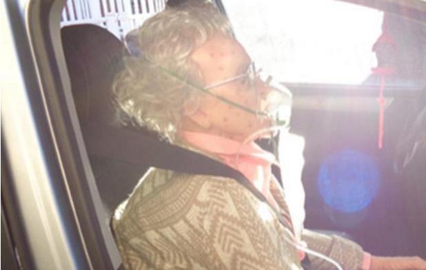 """""""老人""""被困车内""""情况危急"""",路人砸窗救人,打开车门后笑了"""