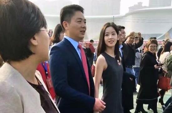 京东CEO刘强东携妻子章泽天回到家乡江苏宿迁,出席其高中母校宿迁