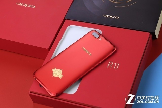OPPOR11《王者荣耀》限量版 OPPOR11《王者荣耀》限量版采用了经典的热力红配色,机身背部OPPO的Logo以及王者荣耀的标志均采用金色设计,不仅与红色机身很搭,还给人一种十分大气、尊贵的感觉。 OPPOR11s即将于本周四在北京正式发布,作为年内最后一款值得期待的爆款手机,OPPOR11s相信也会为喜爱它的朋友们继续推出个性化的定制版本,或许会是充满热血与激情的巴萨定制版,也可能会是小清新范儿十足,又带着几分可爱的TFBOYS版本,总而言之,喜欢和关注OPPO的朋友们,让我们一起期待吧!