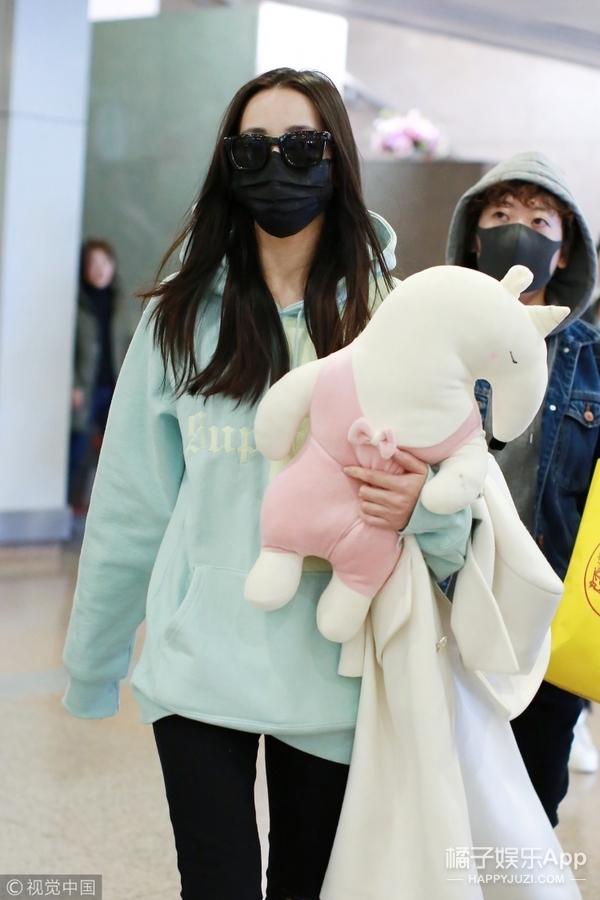 热巴小姐姐素颜现身机场,浅绿卫衣超清新,手包玩偶