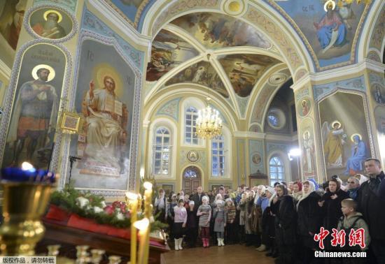 当地时间2016年1月7日,俄罗斯特维尔州,总统普京出席东正教圣诞庆祝仪式。每年的1月7日是东正教圣诞节,而受东正教文化影响最深的就是俄罗斯人。