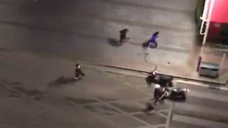 实拍街头古惑仔!3小弟遭多人持刀追砍 大哥来后一块被虐