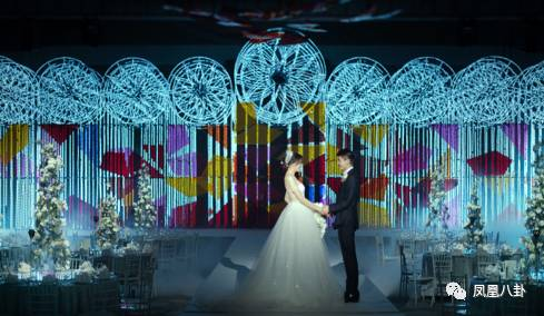 这场婚礼就好像是在异次元举办的一样,打造出时间轴上的光雕教堂既视图片