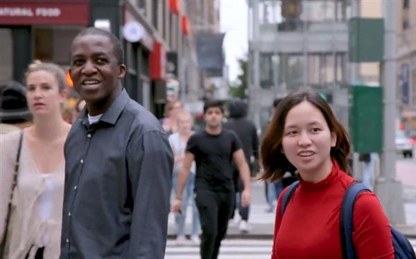 纽约地铁口变苹果店:排长队抢iPhone X  路人一脸懵