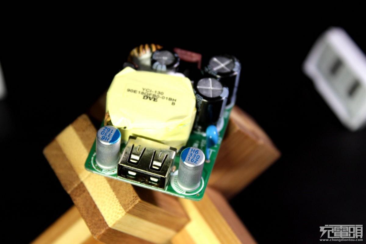 主控电源芯片采用了PowerInt公司的InnoSwitch-CP系列INN2215K。为离线CV/CC反激开关集成电路,集成了650V MOSFET,Sync-Rect反馈和用于USB-PD和QC 3.0的恒功率分布图,大大简化了低压大电流电源特别是小尺寸和高效率电源的开发和制造。正是这个集成了PWM、MOS、反馈电路,同步整流控制器与一体的芯片让充电器背面看起来很简洁。