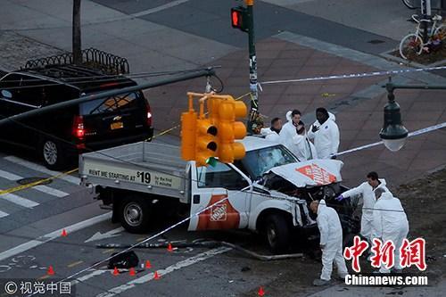 当地时间2017年10月31日,美国纽约,美国当地时间周二下午3点15分,在纽约下城发生枪击案,一名驾驶卡车的嫌犯突然向路边行人开枪射击。图片来源:cfp视觉中国