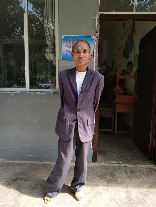 赤贫误了他的腿,但教育拯救了他的终身,而他改动了许多孩子的命运······