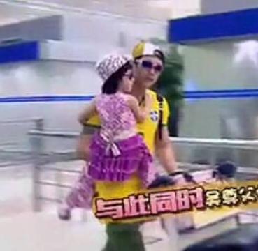 香港六合彩现场直播吴尊,六合王大家发网,千金小姐马报,你到底能不能好好给neinei穿衣服!