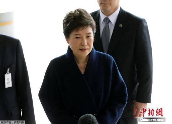 资料图片:当地时间3月21日,韩国史上第一位遭弹劾下台的总统朴槿惠前往首尔中央地方检察厅接受调查。