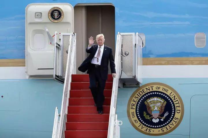 """特朗普出访亚洲 总统的""""旅行套装""""都有啥?"""