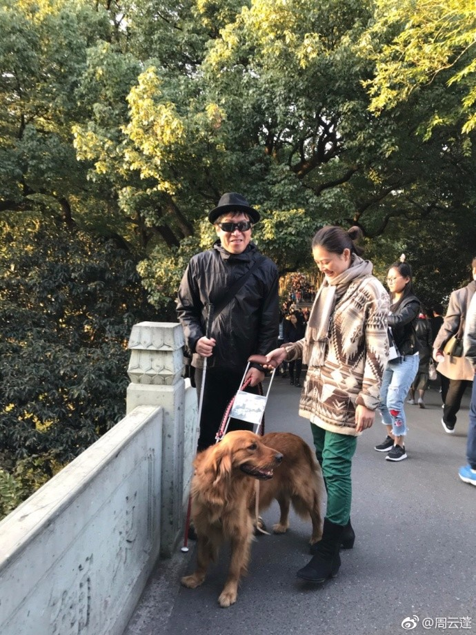 民谣歌手周云蓬带导盲犬入住酒店 被接连拒绝