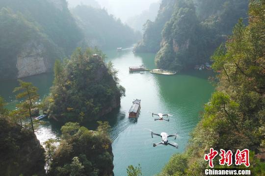 无人机正在航拍张家界武陵源景区。 张云 摄