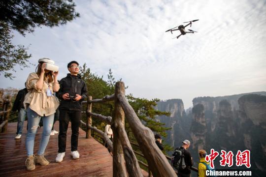 民众用VR眼镜在体验无人机航拍的乐趣。 张云 摄