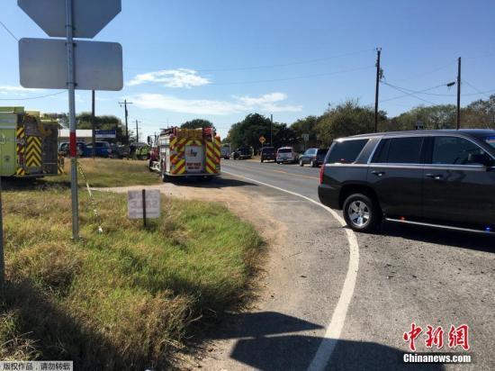 图为事故现场附近的急救车辆。