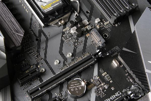 其实从Z270一代开始,ROG STRIX系列就有5款针对不同定位的型号了,分别是E、F、G、H、I后缀,像今天的主角就是F后缀的华硕 ROG STRIX Z370-F GAMING,简单记一下,I后缀的是ITX板型的迷你板、G后缀的是M-ATX板型的小板。   而E、F、H三个则都是ATX板型,其中用料和定位、定价是E>F>H,E和F一般是200元差价,之间除了一个无线网卡以外都是一模一样的,而H则相对便宜,但接口和供电用料都稍省了一点。另外除非一些很特殊的原因,台式机用上无线WiFi的