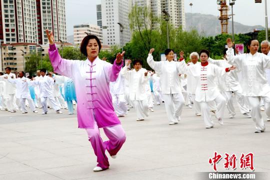 """图为在青海省西宁市中心广场启动的""""太极拳月""""宣传展示活动。(资料图) 张添福 摄"""