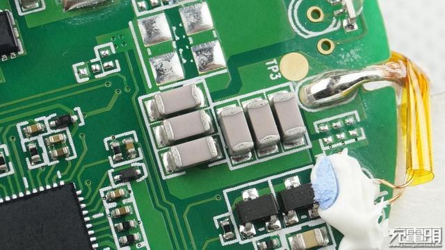 芯片同时内置了检测电路,当检测到过流,过压等情况时,会自动关闭功率