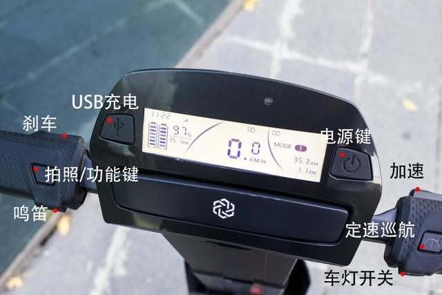immotorgo的操作手柄与一般的电动车相比有一些差别,左右把前按键分别