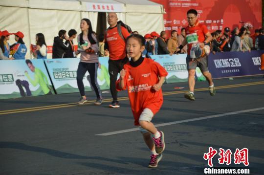 比赛过程中的小选手 吴平 摄