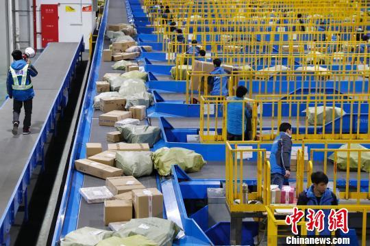 物流企业24小时运转 确保物品第一时间送达