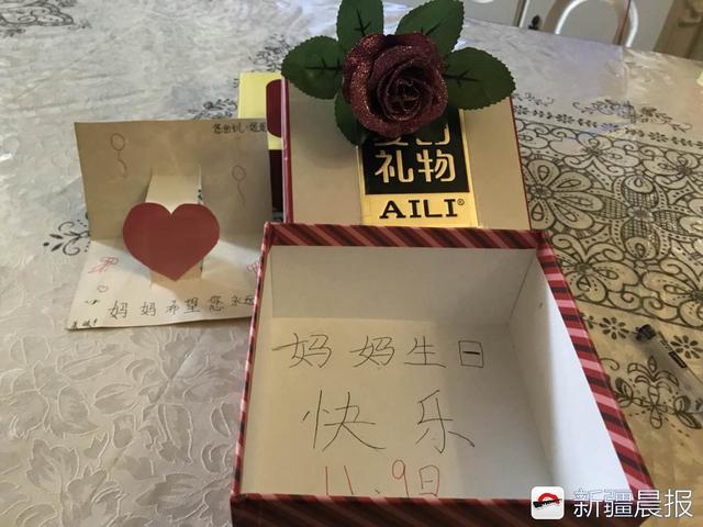 11月9日是妈妈的生日,妮妮自己做了贺卡,还给妈妈买了一枝玫瑰花。