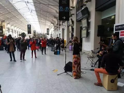 """火车站装了一台""""故事自动分发机"""",结果火爆全国"""