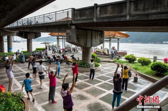 """资料图:广西梧州""""大妈""""河边秀广场舞。陈选平摄"""