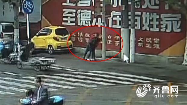 男子当街持刀捅伤前女友