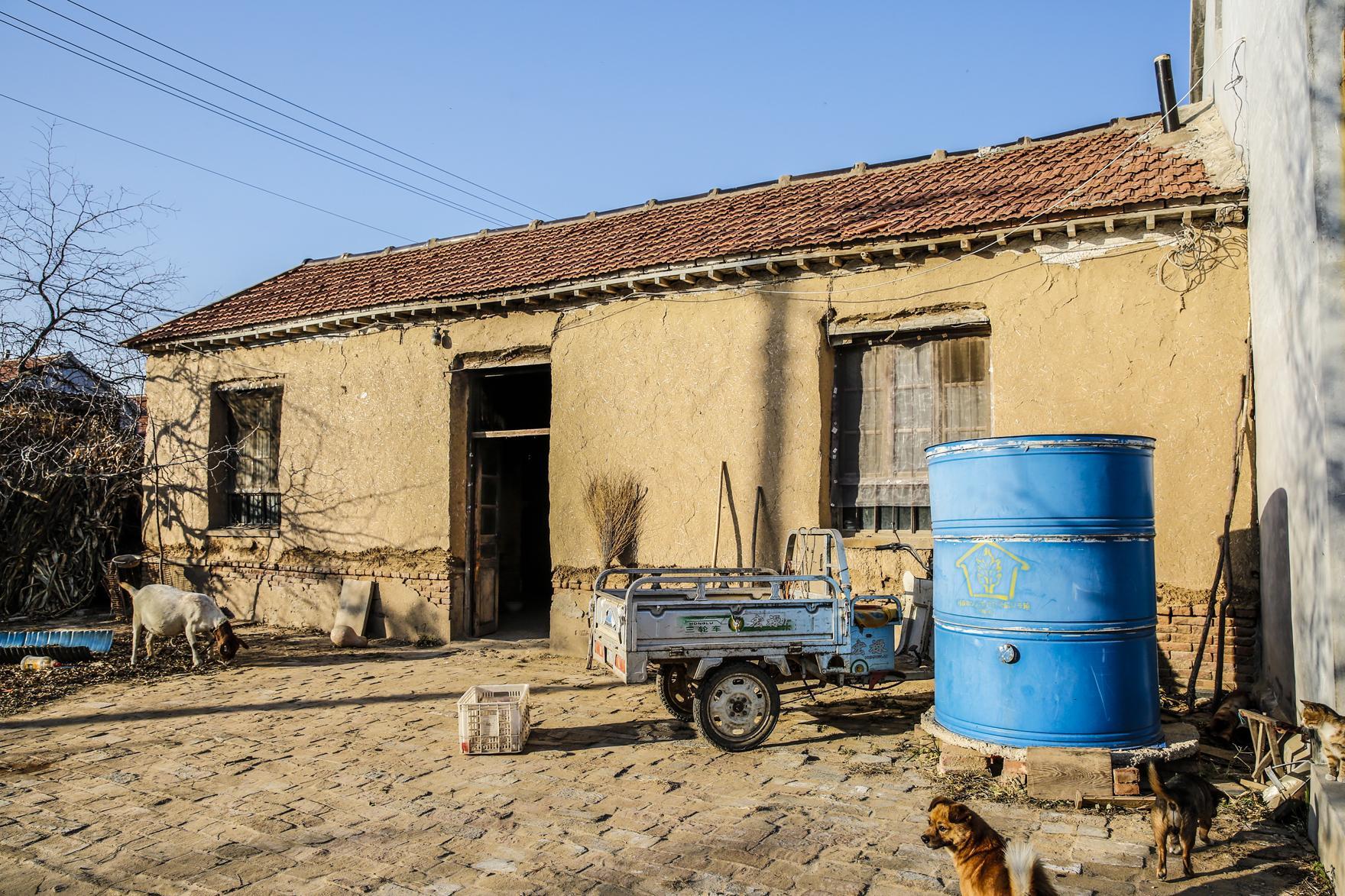 图片上北方农村的土房子住着一位95岁的老奶奶.